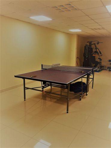 Спортивная комната с тренажерами и настольным теннисом. #3